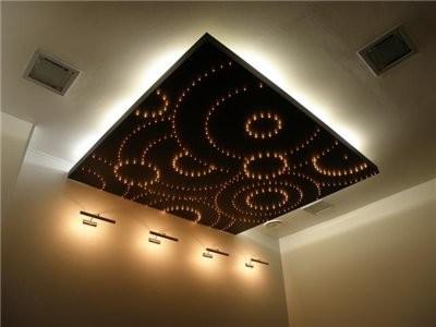 Двойная подсветка потолков светодиодной лентой и светодиодами на токопроводящей панели.