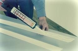 Нанесение клея на потолочный плинтус