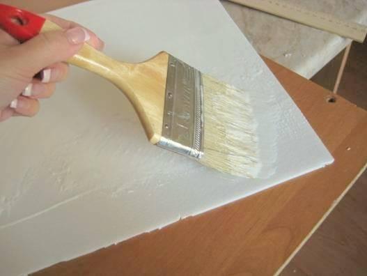 Можно ли клеить потолочную плитку на плитку: варианты