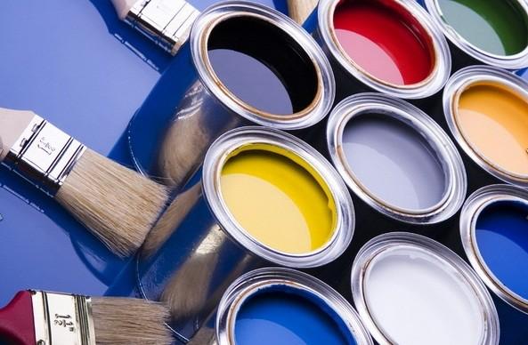 Чем покрасить потолочный плинтус: методы и рекомендации
