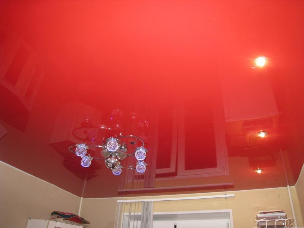 Бесшовные потолки, в отличие от гипсокартонных потолков, смотрятся гармонично и цельно.