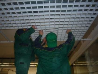 Согласно инструкции технологии монтажа решетчатого потолка , он должен производиться в несколько этапов.