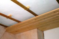 Монтаж потолка на деревянную обрешетку