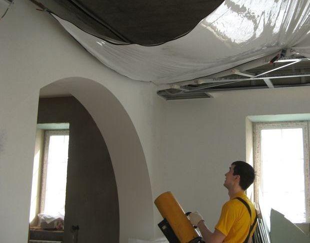 Как натягивают натяжные потолки из полиэфирной ткани и ПВХ