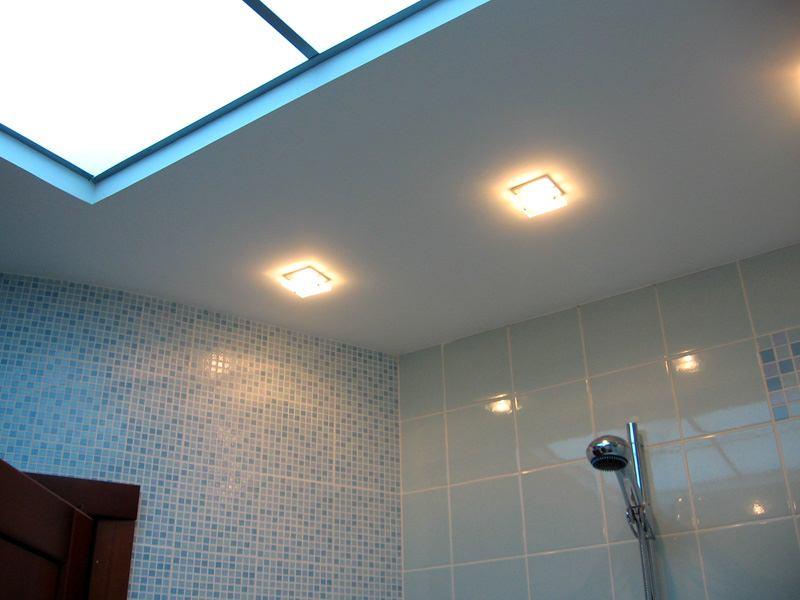 Подвесной потолок из гипсокартона в ванной