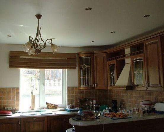 Матовый натяжной потолок на кухне.