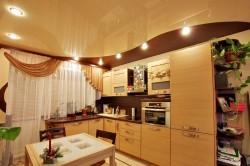 Шоколадный потолок на кухне