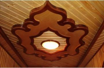 Деревянное украшение на потолке