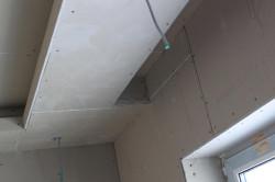 Конструкция подвесного потолка не отличается сложностью и представляет собой нашитые на каркас плиты гипсокартона.