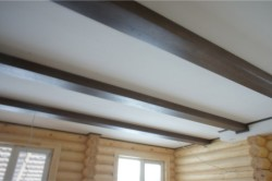 Окрашенный потолок с фальшбалками
