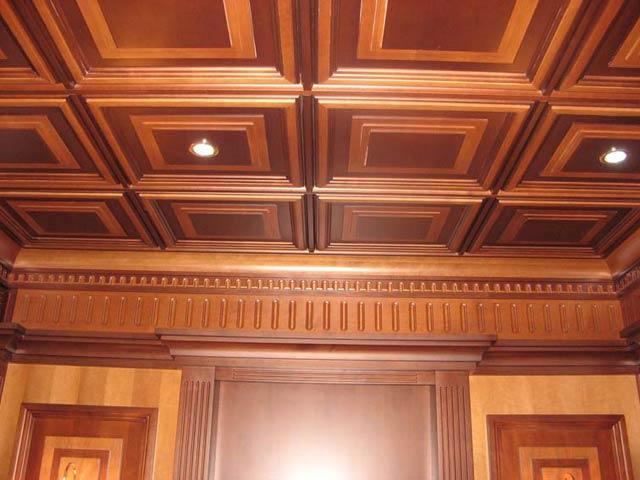 Отделка потолка деревянными плитками