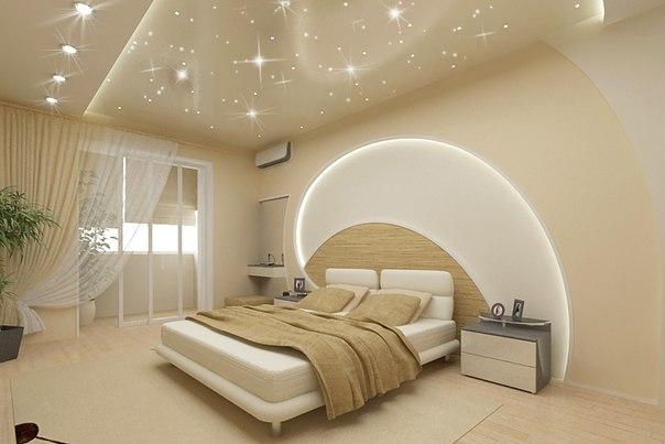 Спальня с дизайнерским потолком