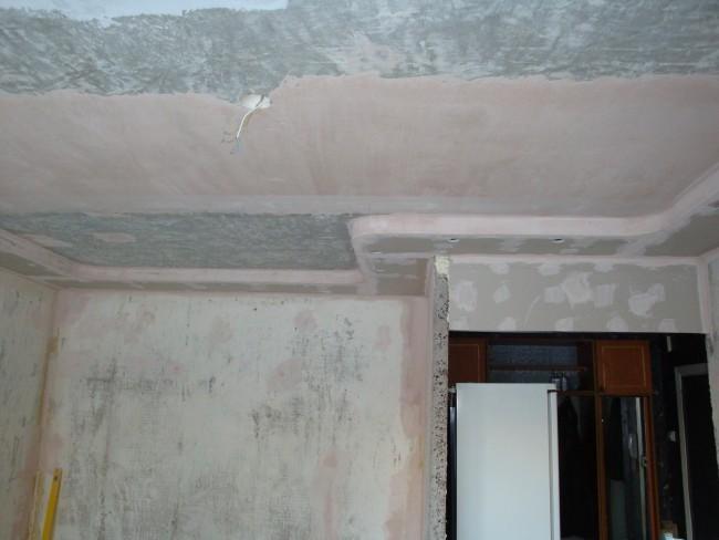 Базовый потолок очищается от пыли, грязи, старой штукатурки. Необходимо зачистить и удалить с потолка все, что можно снять.