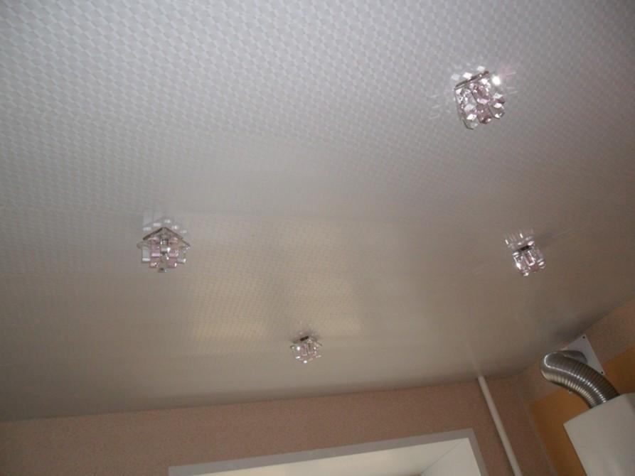 Монтаж подвесного потолка пластиковыми панелями.