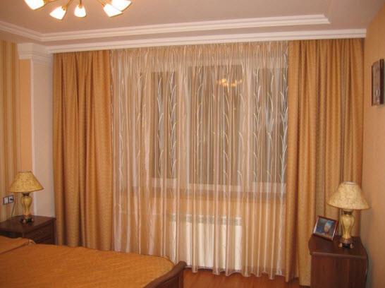Потолочный карниз позволит визуально сделать комнату выше, скрыть неровные углы в комнате, а также он очень легок в монтаже.