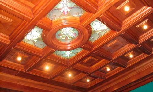 Потолок из дерева и стекла
