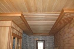 Дизайн потолка, обшитого вагонкой