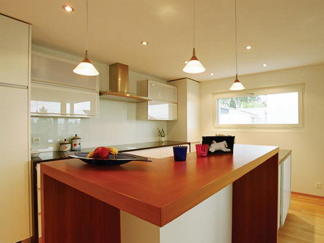 Потолок на кухне: подвесной или реечный (фото)