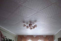 С точки зрения экономии и простоты монтажа потолок на кухне, покрытый панелями из пенополистирола, представляется самым оптимальным вариантом