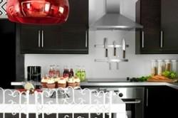 Подвесные потолочные системы не требуют финишной отделки, к тому же они намного более стойкие к влиянию кухонного климата.
