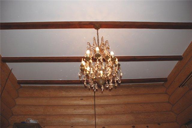 Потолок оформленный балками