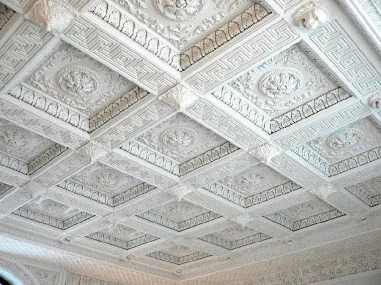 Потолок с элементами декора из лепнины