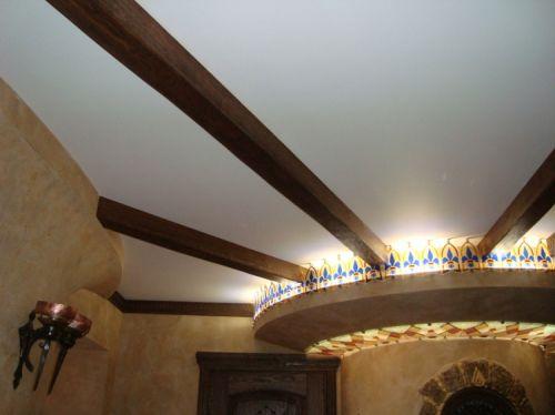Потолок, украшенный деревянными балками