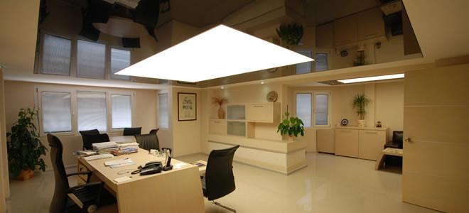 Натяжные потолки изготавливают из пленки ПВХ.