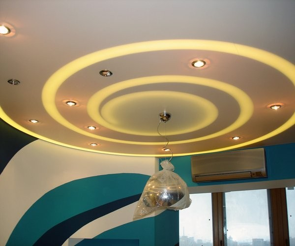 Потолок из гипсокартона с подсветкой.