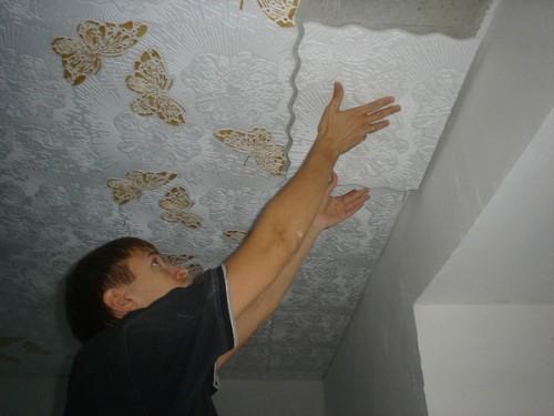 Процесс поклейки плитки на потолок.