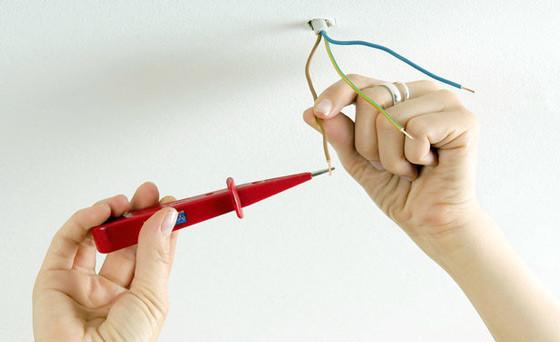 Проверка фазировки проводов для люстры индикатором фазы