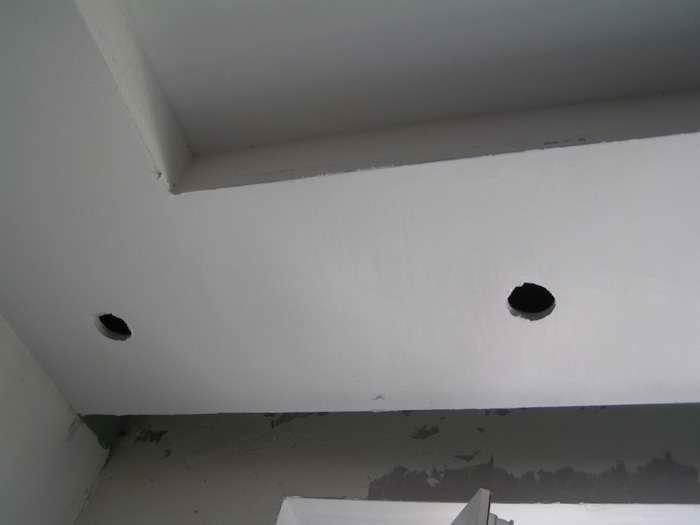 """Перед покраской потолка краской """"Снежка"""" нужно побелить потолок."""