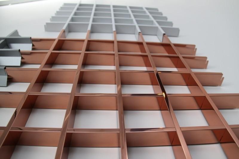 Решётчатые потолки напоминают решето. В изготовлении используют специальные устойчивые к коррозии рейки.