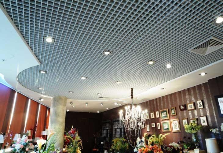 Решетчатые потолки широко используются для отделки  в административных зданиях, офисных и торговых центрах.