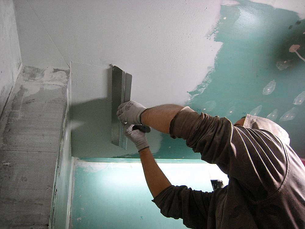 Подготовка потолка под обои: грунтовка и шпаклевка
