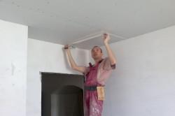 После очистки поверхности с помощью стального шпателя с поверхности удаляем все набелы и  потрескавшуюся штукатурку.