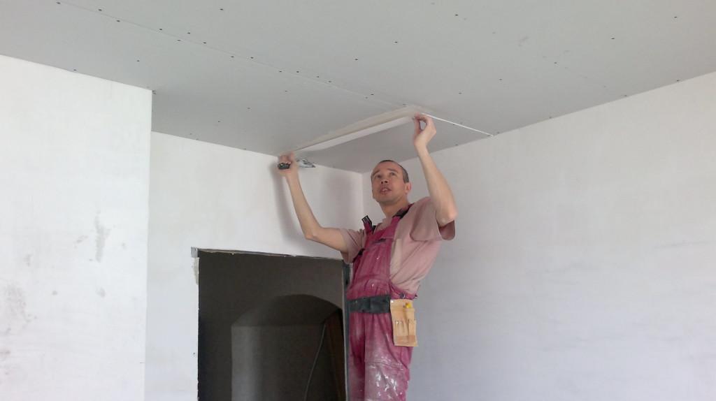 Штукатурка потолка под покраску: инструменты и материалы
