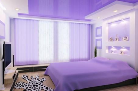 Эффектная и стильная спальня в сиреневых тонах.