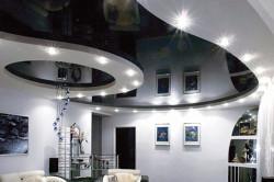 Сочетание белого и черного цветов в оформлении потолка