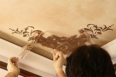 Украшение потолка с помощью трафарета