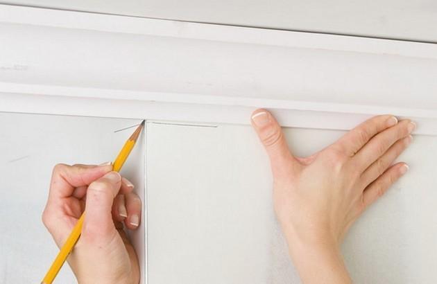 Как приклеить потолочный плинтус к натяжному потолку самостоятельно