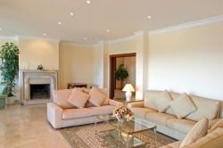 Скрыть все неровности базовой потолочной плиты в вашем доме, поможет одноуровневый гипсокартонный потолок.