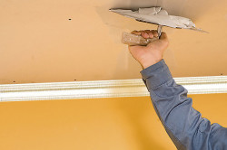 Выравнивание потолка производится при помощи штукатурки