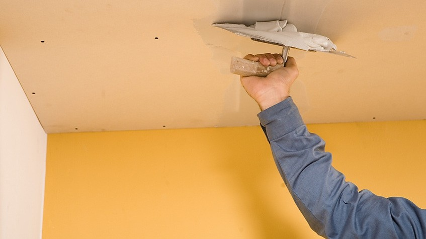 Выравнивание поверхности потолка.