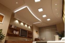 Высокий разноуровневый потолок