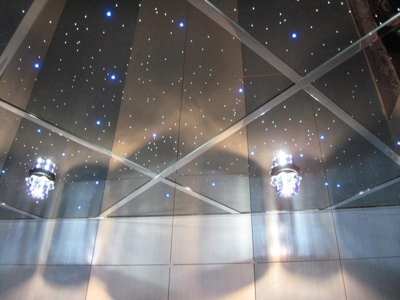 Современные зеркальные потолки достаточно распространены в дизайне модных интерьеров. Они применяются для улучшения освещенности, добавления стилю праздничности и особенности, оптического расширения комнаты.