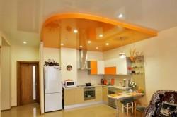 С помощью двухуровневого потолка можно зонировать комнаты.Например отделить кухню от столовой.