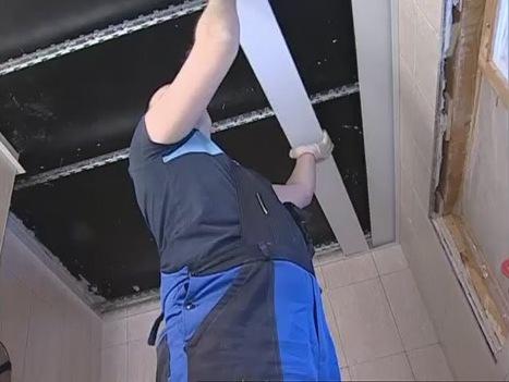 Начинать разбирать реечный потолок необходимо с крайней планки.