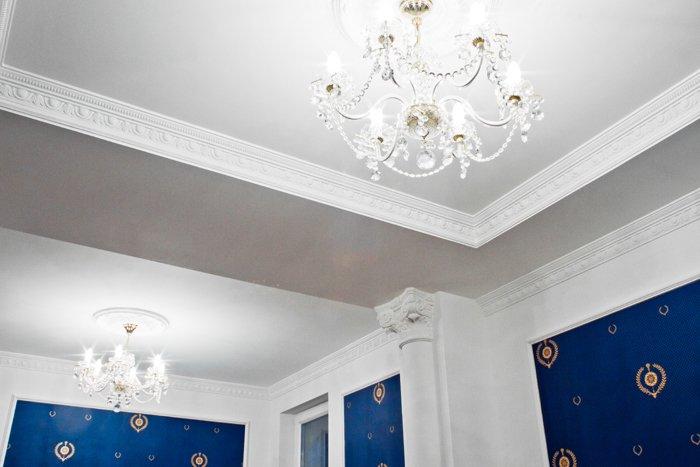 Галтели также называют декоративными плинтусами, которые позволяют закрывать зазоры между потолком и стеной.