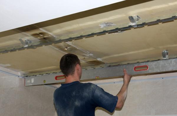 Демонтаж потолочного каркаса необходимо выполнять внимательно, чтобы на потолке и стенах не оставались детали.